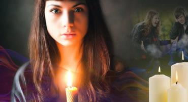 Горящая восковая свеча